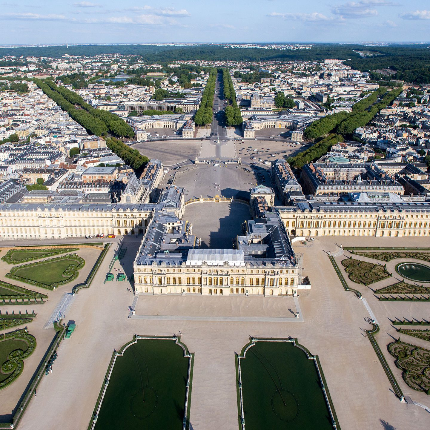 Image from https://en.wikipedia.org/wiki/Palace_of_Versailles#/media/File:Vue_a%C3%A9rienne_du_domaine_de_Versailles_par_ToucanWings_-_Creative_Commons_By_Sa_3.0_-_073.jpg
